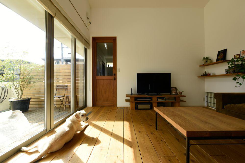 庭をL字で囲む、平屋+ロフトの2階建て