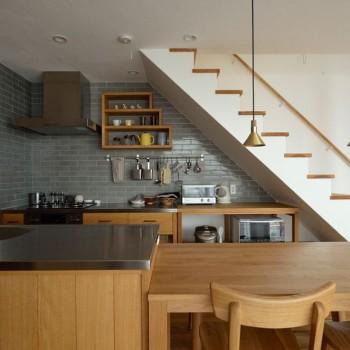 家族の温もりと素材の温かさが伝わる家