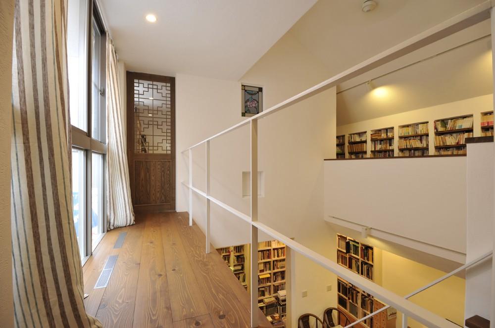 吹き抜けまわりが書架。図書館のような家