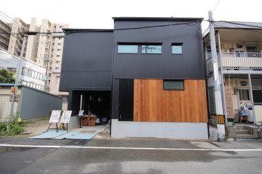 外壁ガルバリウム鋼板と板張り