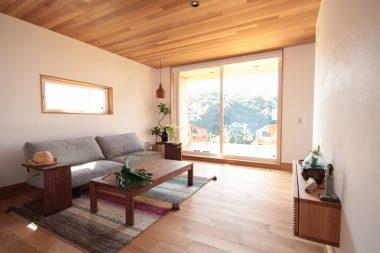 マスターウォールのソファとハワイの雰囲気のある暮らし