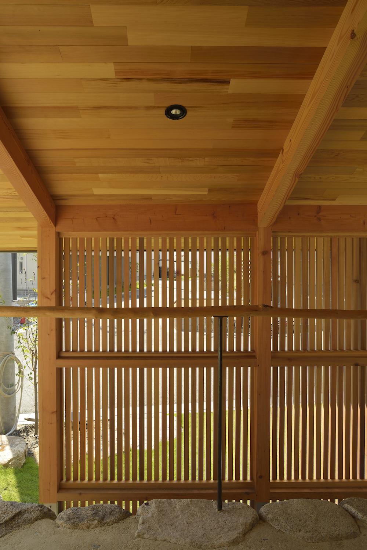 傾斜に沿って展開する平屋の家