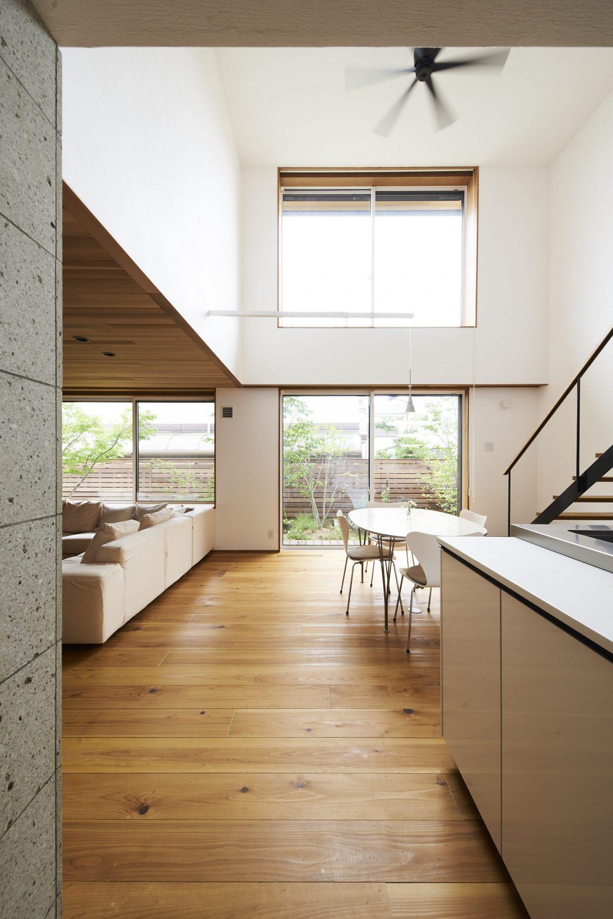 ゆとりある上質な空間で、庭と空が繋がる上甲東園の家